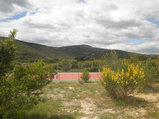 Residence Les Portes des Cevennes : le terrain de tennis