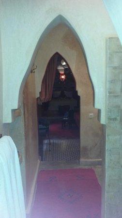 Riad Les Nuits de Marrakech : vanuit de badkamer kijkje naar de suite