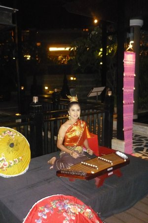 Pullman Phuket Panwa Beach Resort: Musique Thai au restaurant Azur