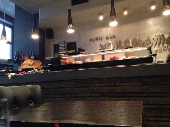 Yokohama Flavour Journey Cuisine: Il bancone a vista dove viene preparato il sushi