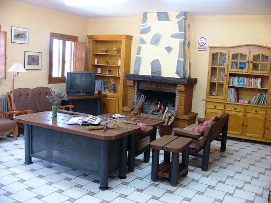 Ecoalbergue Aula de Naturaleza Paredes: Sala de estar con chimenea
