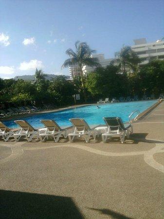 Patong Resort: Relaxing Pool With Bar Alongside