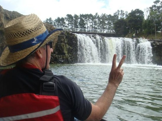 Paihia Pacific Resort Hotel: Kayaking up to Haruru falls just short drive from paihia