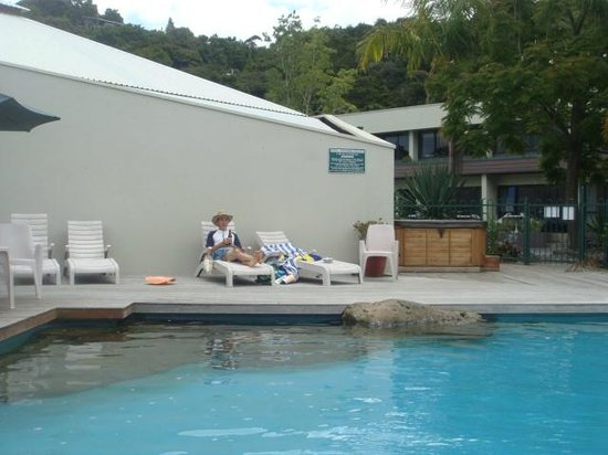 Paihia Pacific Resort Hotel : Lounging by the pool - spa in back ground
