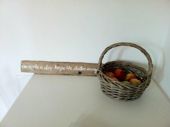 B&B Naturae : Un cestino di mele all'ingresso