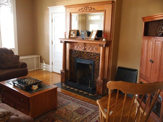 The Historic Morris Harvey House Bed and Breakfast: Beautiful fireplace in TV room.