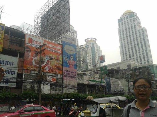 Pratunam Market: I took Pratunam's building in front of Platinum Mall