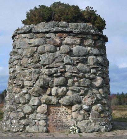 Culloden Battlefield : The memorial cairn