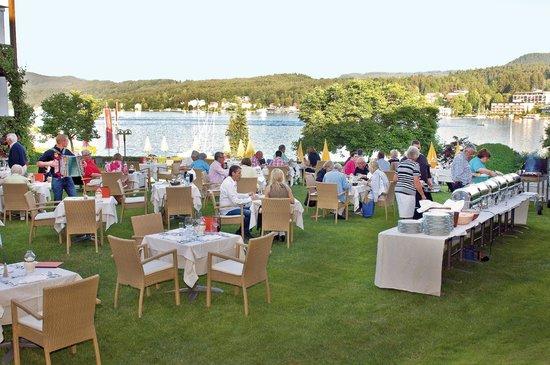 Golf- und Seehotel Engstler: Abendessen im Garten