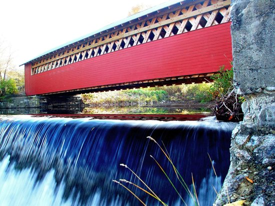 Eddington House Inn: Vermont Covered Bridge at Papermill Village