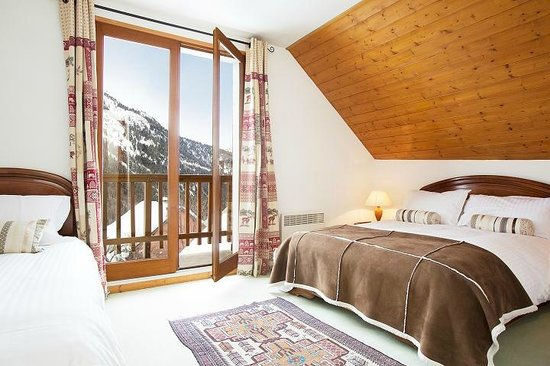 Chalet Lucette: Bedroom 3 (double + single) with balcony and view