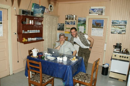 Hostal Dos Lagunas: Hostal kitchen