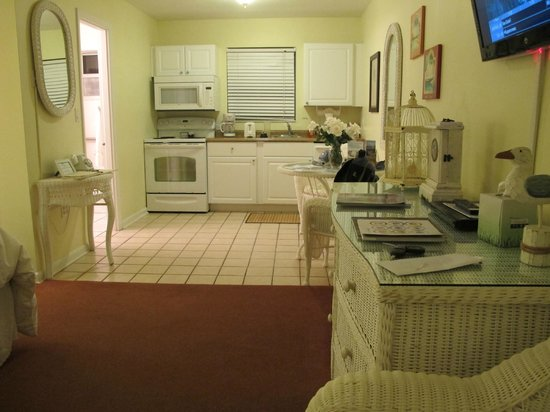 Marco Island Lakeside Inn : Kitchen of Room 206