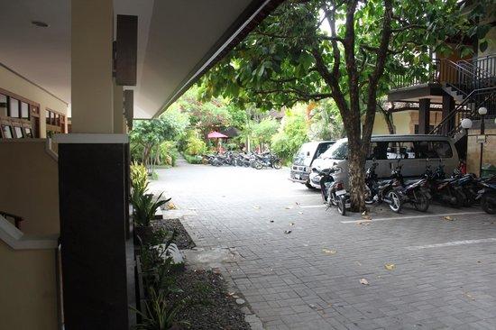 Yulia Beach Inn: Carpark area