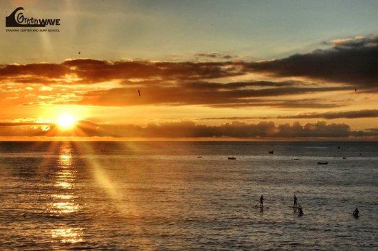 Green Wave Surf School: disfruta de la puesta del sol con nuestras clases de SUP