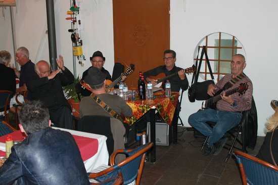 Restaurante Abordo: Canarian group playing at the restaurant
