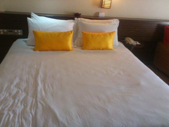 PARKROYAL Penang Resort, Malaysia : king size bed