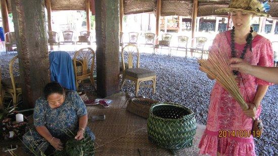 Polynesian Cultural Center: Flechten mit Palmenblättet
