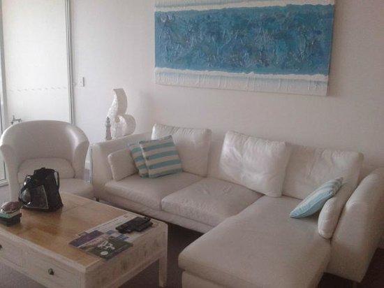 Kirra Surf Apartments: Living room