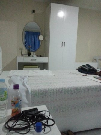 Kingsway Inn: Double Room - Dresser, closet and table view