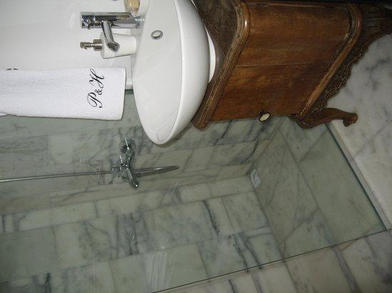 Red Basilica Hotel: Salle de bain