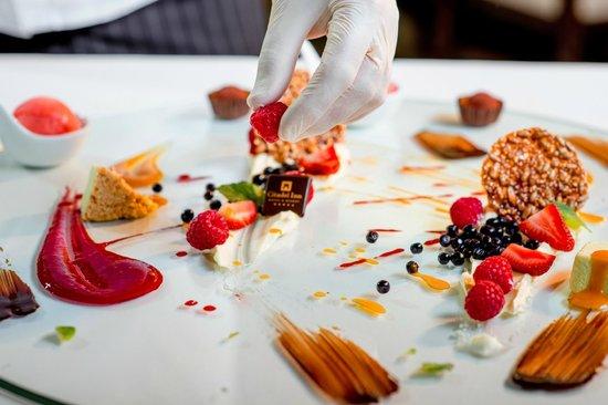 Citadel Inn Hotel & Resort : Show dessert from Chef
