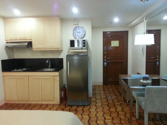Prince Plaza II: View from the room - kitchenette, dining and door