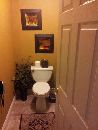 The Inn at Leola Village: Very few toilets deserve their own picture. Room 203.