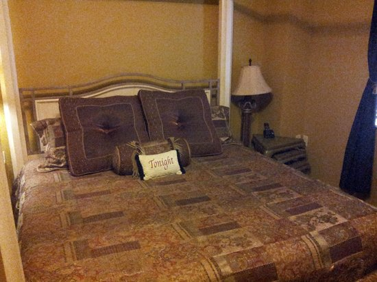 The Inn at Leola Village: Mattress and pillows were so comfy. Room 203.