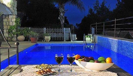 Bikta Banof: Swimming pool