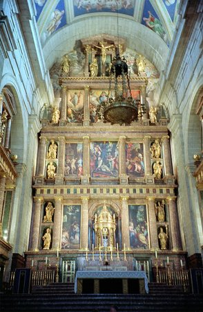 Real Sitio de San Lorenzo de El Escorial: Behind the high alter at El Escorial