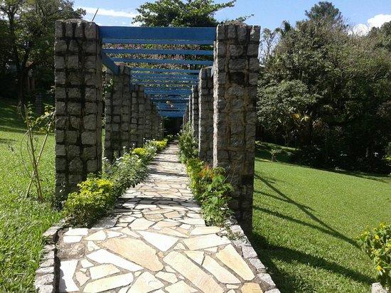 Hotel Bougainville: Passagem para os quartos dos fundos