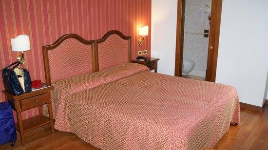 Hotel Ca' d'Oro: большая кровать