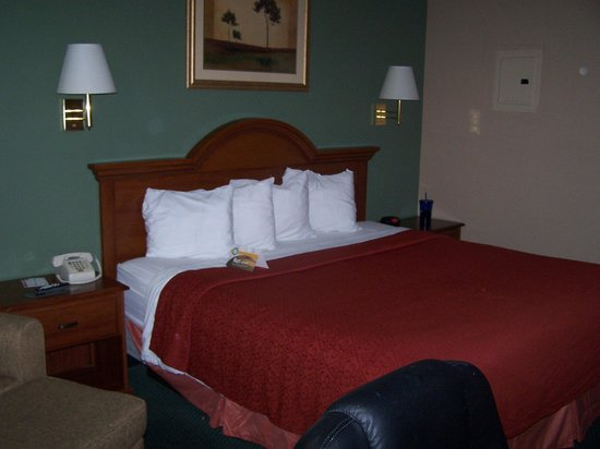 Quality Inn Kennesaw: King size bed. Note oversized desk chair that was in the way.