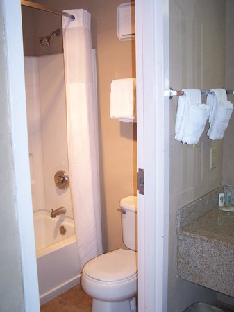 Quality Inn Kennesaw : Small bathroom