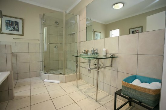 Westville Bed & Breakfast : Rivera Bathroom (Bath & Shower)