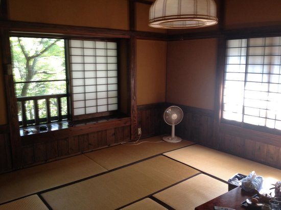 Daikokuya: 十畳の和室