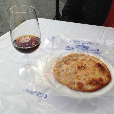 Taberna Luque: torta de aceite y vino Pedro Ximenez