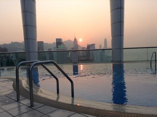 Metropark Hotel Causeway Bay Hong Kong: Sunset from the roof top pool area