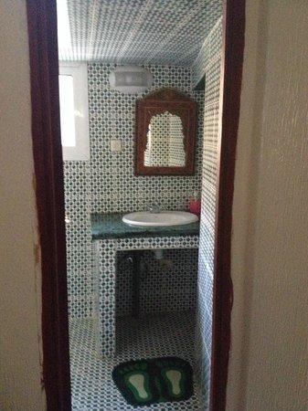 Dar El Ouedghiri : entrata del bagno in camera