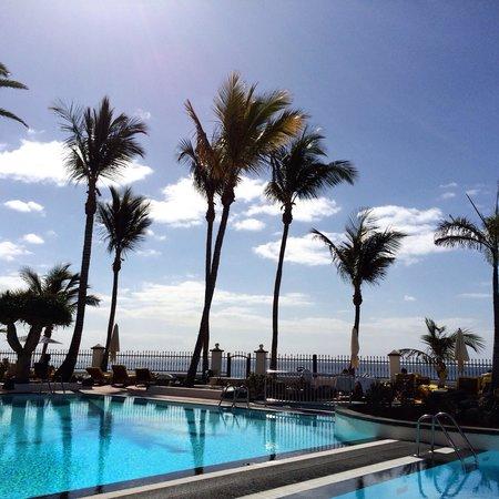 Suite Hotel Fariones Playa: Bassengområdet.