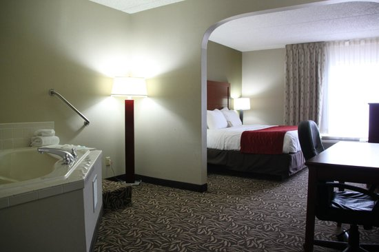 Comfort Inn Cortland: KING ROOM W/ WHIRLPOOL TUB
