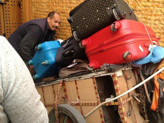 Dar El Ouedghiri : dalla navetta al riad (in zona pedonale) questo è l'unico mezzo utilizzabile per i bagagli