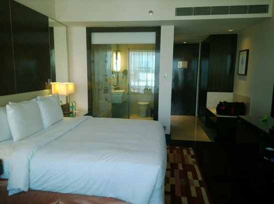 Courtyard Mumbai International Airport: Double room with king bed in exec club floor
