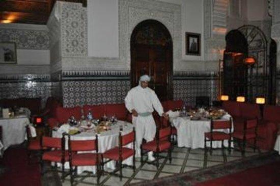 Palais Gharnata : habit traditionnel pour le service