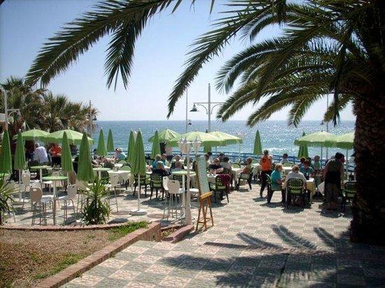 StarNerja Apartamentos: Pobliskie restauracje przy plaży.