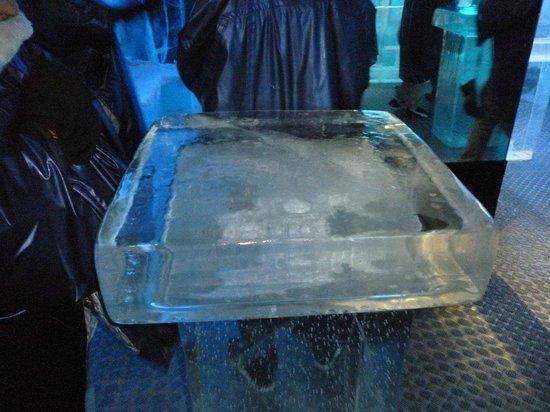 ICEBAR by ICEHOTEL Stockholm : tavolino di ghiaccio