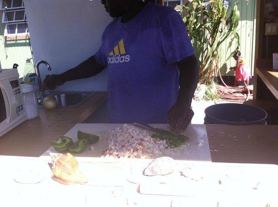 Yardie's Restaurant, Bar and Conch Stand : Derek preparing Conch Salad!