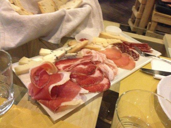 Osteria A Priori: tagliere di formaggi e affettati