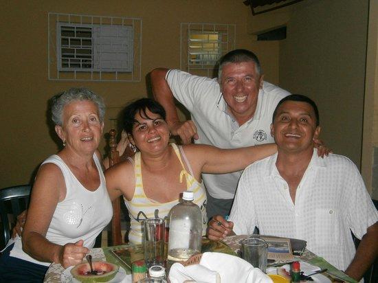 i proprietari della casa particular di holguin a cena in casa lor